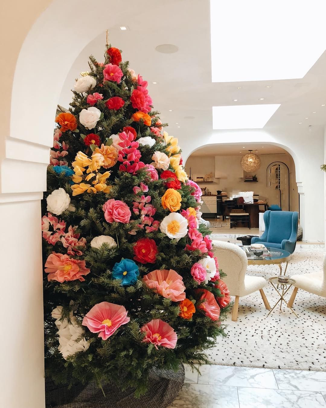 Christmas Tree Decorated With Paper Flowers Floral Christmas Tree Traditional Christmas Decorations Christmas Tree Flowers