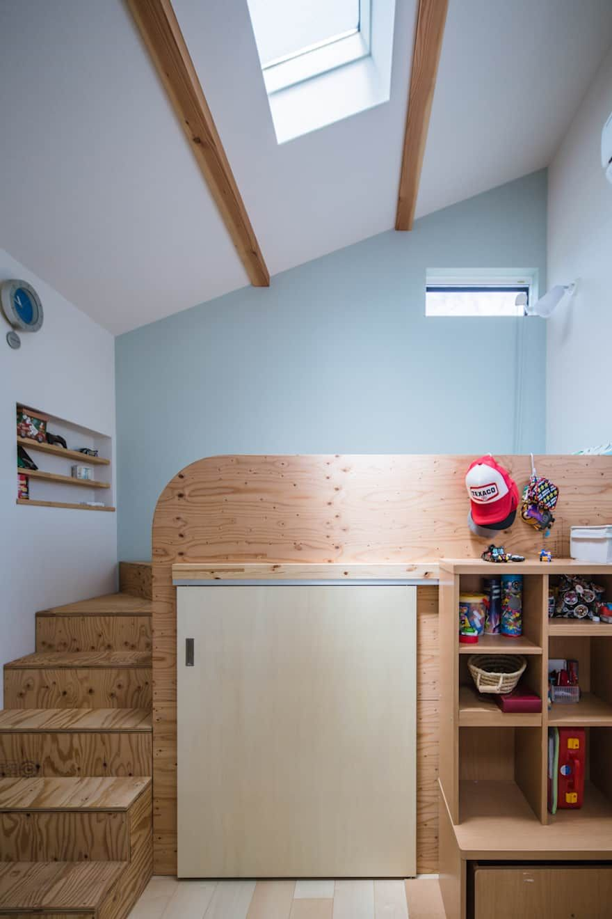 Homemade loft bed with desk  子供部屋のデザインアイデアインスピレーション写真  家