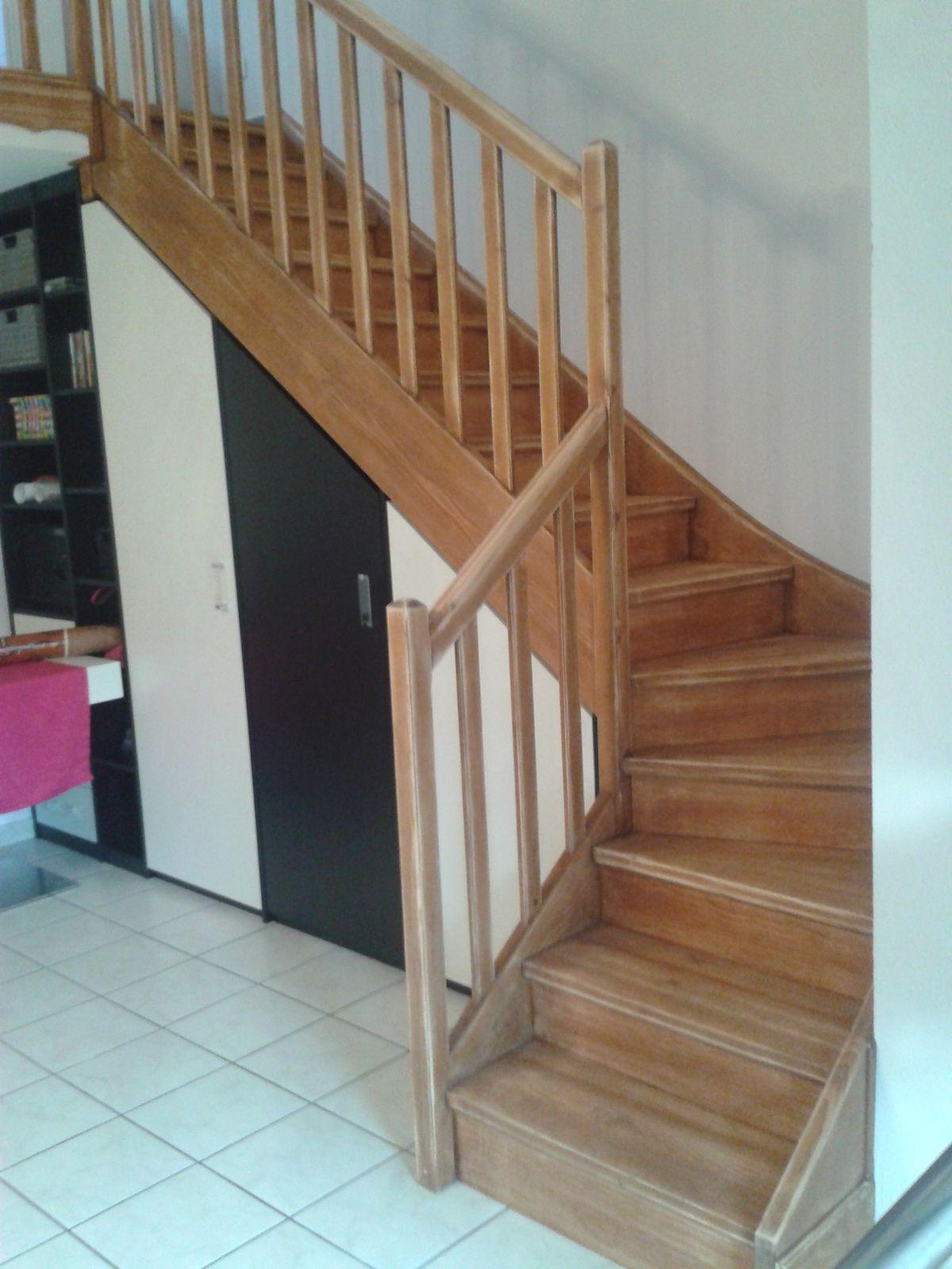 Pour repeindre un vieil escalier en bois il faut beaucoup de patience et pas - Decoration escalier bois ...
