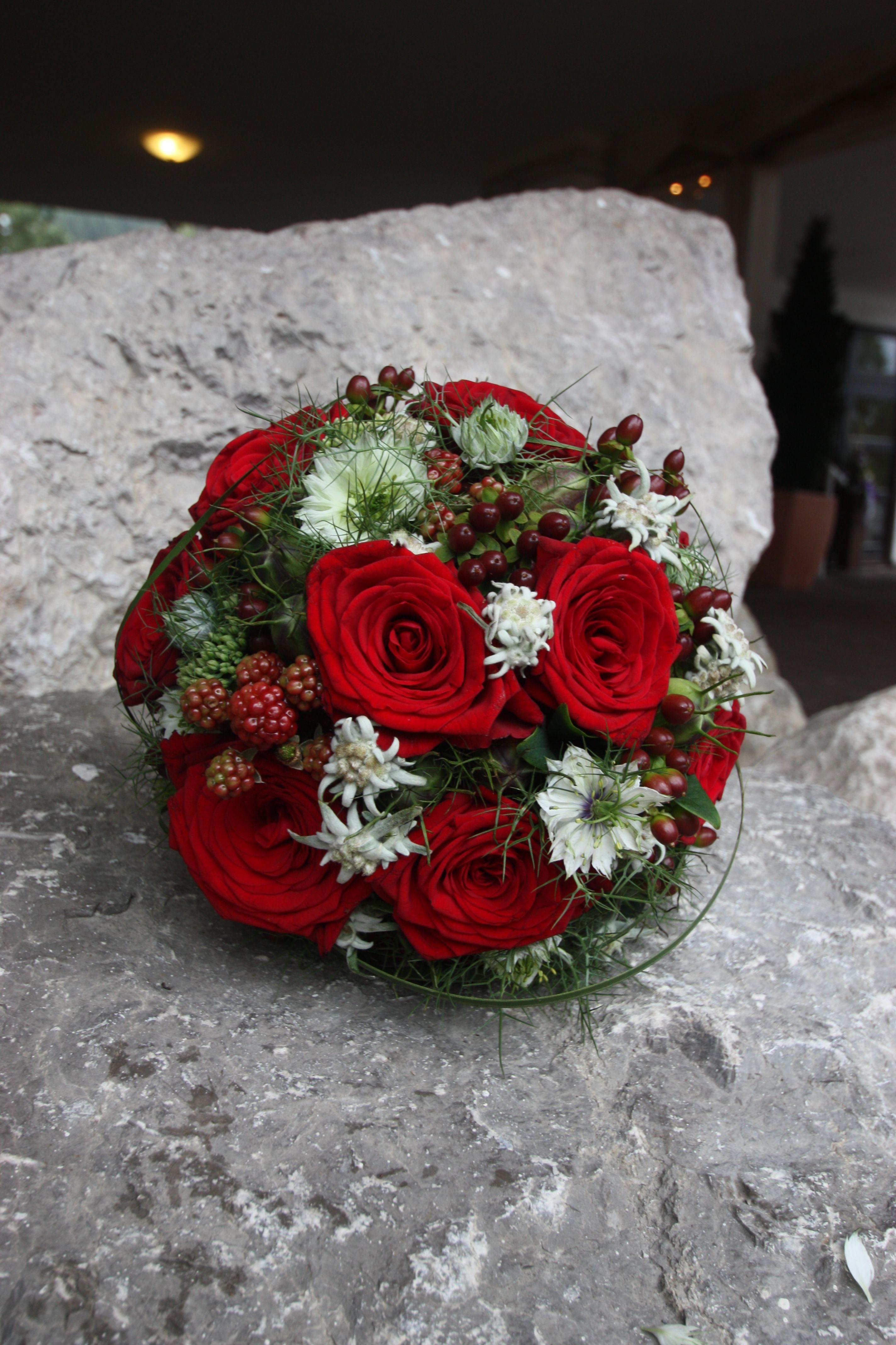 Rosenrot Und Edelweiss Sommerlich Eleganter Brautstrauss Mit