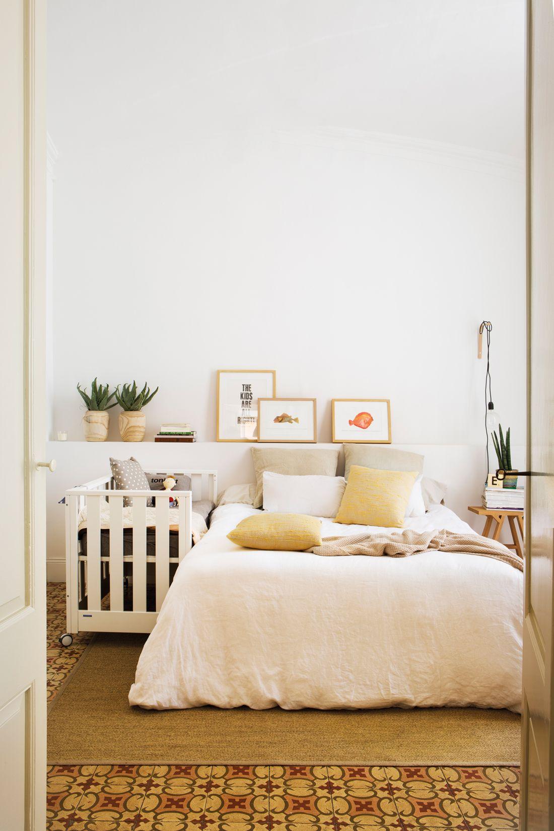 00438431. Dormitorio con mueble cabecero blanco, cuadros y cuna ...
