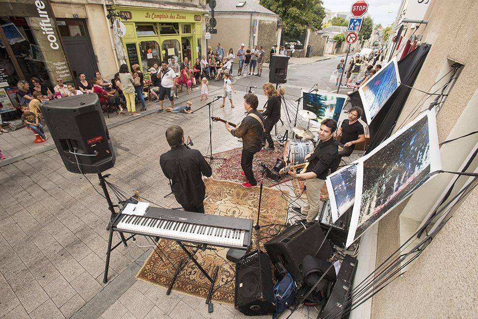 """... ou rue Saint-Maurille avec Cendrio, l'un des dix-sept artistes amateurs #angevins invités à se produire dans le cadre de l'initiative """"Adopte un(e) artiste"""". (Photo: Thierry Bonnet/Ville d'Angers)"""