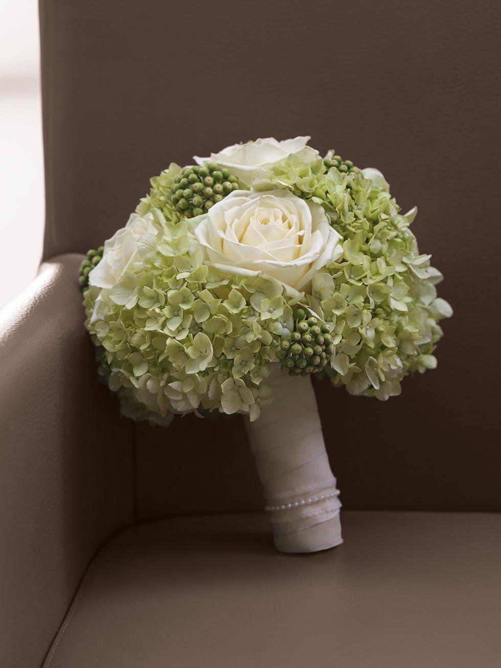 klassischer brautstrau in wei und gr n mit rosen und hortensien von hochzeit. Black Bedroom Furniture Sets. Home Design Ideas