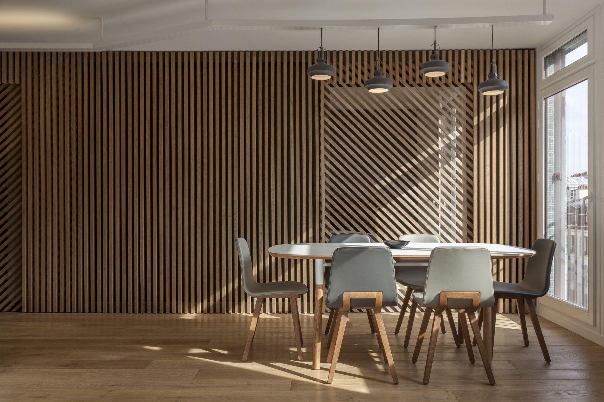 Mur et porte coulissante en claustra tasseaux de bois sur ch ssis m tal avec des jeu de - Porte appartement bois ...