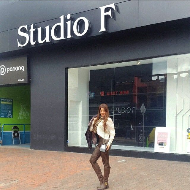 ineditas - Es que cuando un día marcha bien, marcha bien y se nota. A SONREIR y a comerse el mundo con splenda porque los gordos no entran al cielo. Solo necesitamos Salud para ser felices, el resto llega sólo, cuando Dios quiera, como Dios quiera y donde Dios quiera este mi outfit para el día de hoy Blusita #StudioF Botas #StudioF chaqueta para invierno de #AlbertoMakali próxima semana llegarán estas blusas muy chic #StudioF - Bogotá Colombia