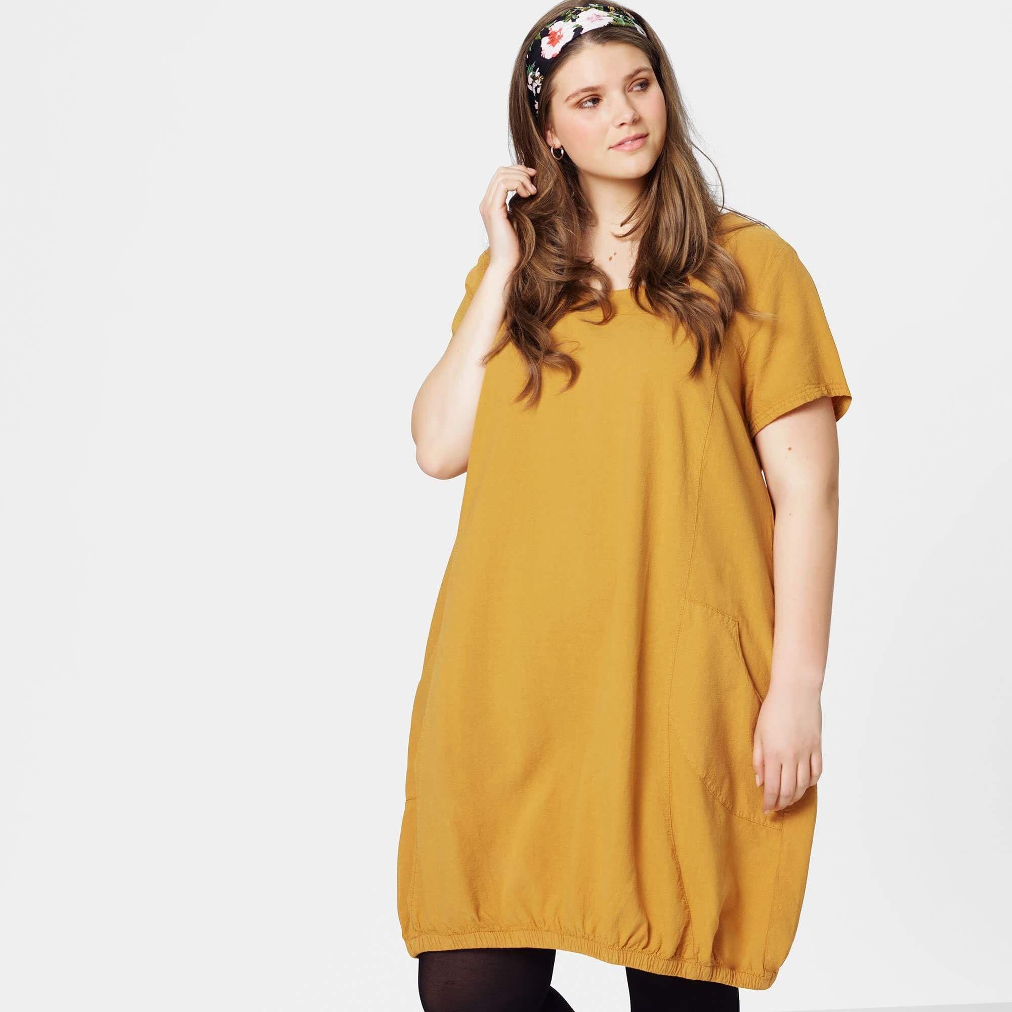 eb5ee1ee3aa8 Smart karry-gul kjole med god pasform og elastik i bunden.Stoffet er  fremstillet
