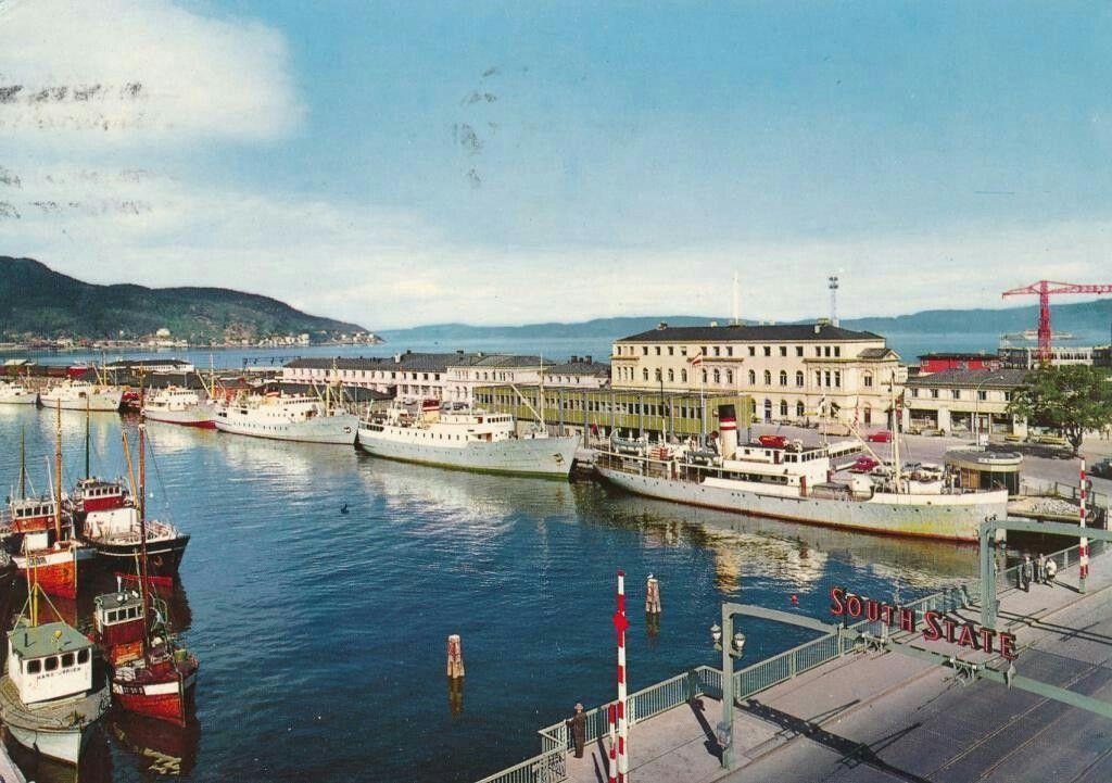 Nordland fylke Narvik parti fra kaia med mange båter. Stort South State-reklsmeskilt over gata. 1960-tallet