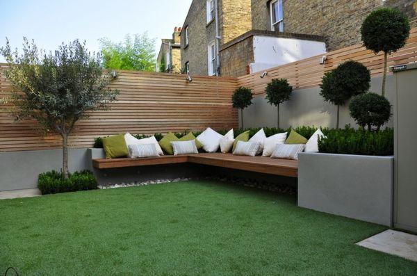 schutzzaun design grüner rasen dekokissen holzbank | garden design, Gartenarbeit ideen