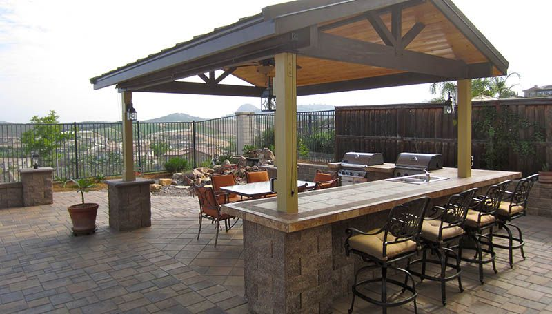 Pavers bar stools pergola roof outdoor kitchen bar for Outdoor kitchen pergola ideas