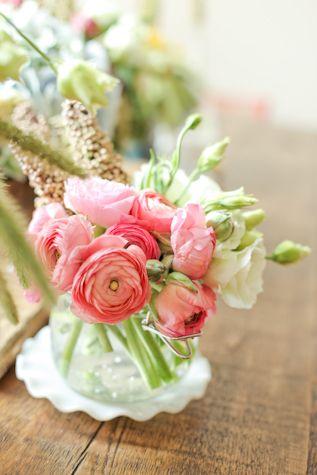 A gorgeous flower center piece for a spring picnic!