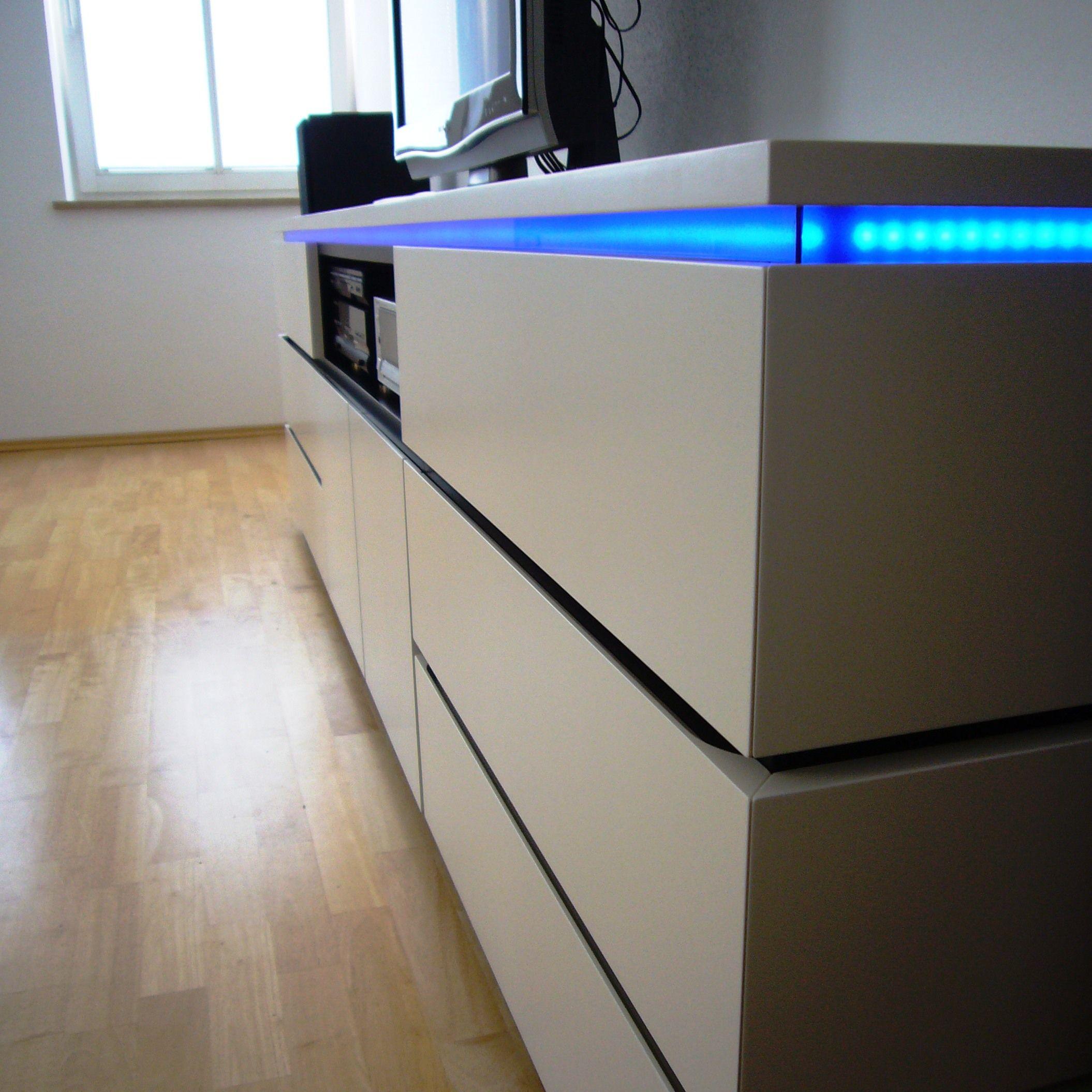 hifi m bel wei und schwarz lackiert mit led beleuchtung durch blaues acrylglas l s. Black Bedroom Furniture Sets. Home Design Ideas