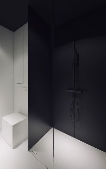 stark contrasts. Bathroom by Oporski Architektura.