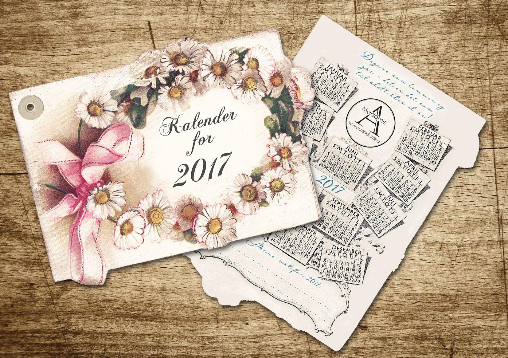 Vakker kalender med blomsterkrans. Leveres med rosa papirbånd for oppheng. Mål: ca 29,5 cm x 20,5 cm