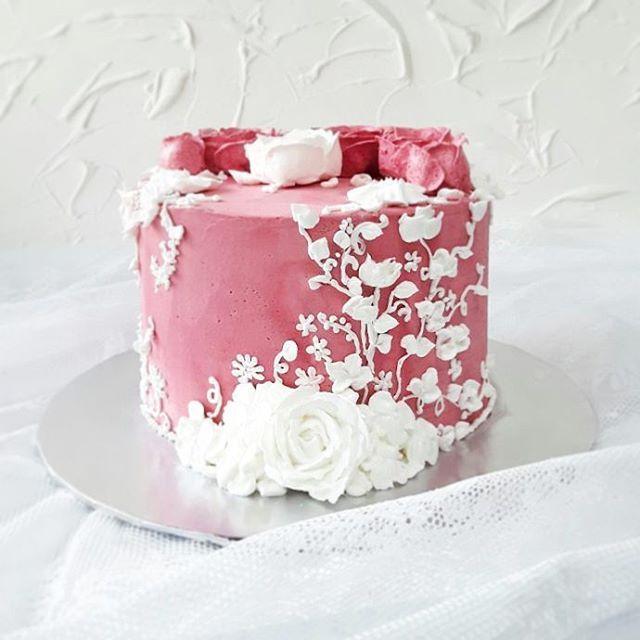 Buttercream Cake Artistry On Instagram Baroque Style Lace Buttercream Piping On Rosy Velvet Effect Buttercream Coating Mariea Butter Cream Pretty Cakes Cake