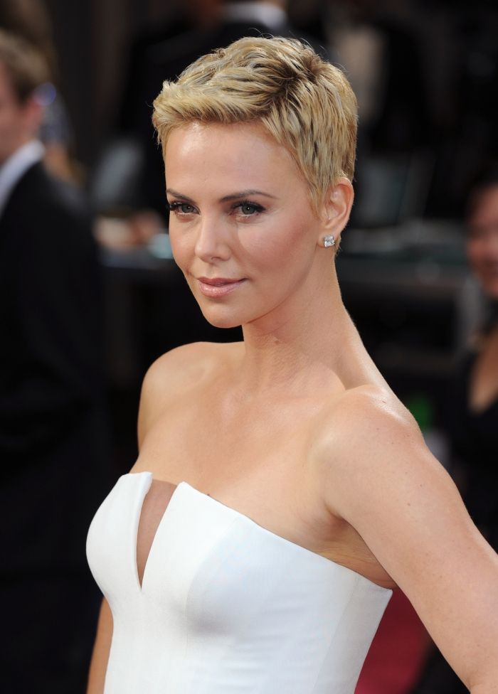 28+ Charlize theron coiffure courte des idees