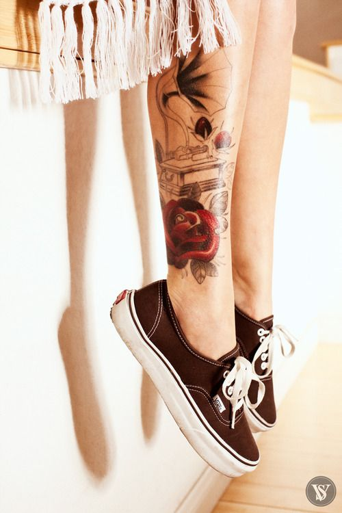 Love the old school vibe of the tattoo. So pretty.
