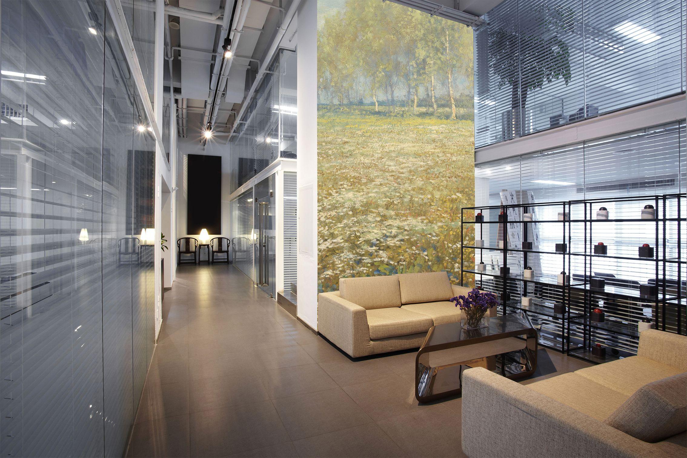Supermooi opgelost! Deze grote en vooral hoge hal, wachtruimte of kantoor, met een prachtige eyecatcher van een behang op 1 van de hoge muren. Past qua kleur helemaal in deze ruimte. Rustig maar toch word je oog er naar toe getrokken. #behang #kantoor #oplossing #landschap #geel #tapete #papierpeint #wallcovering