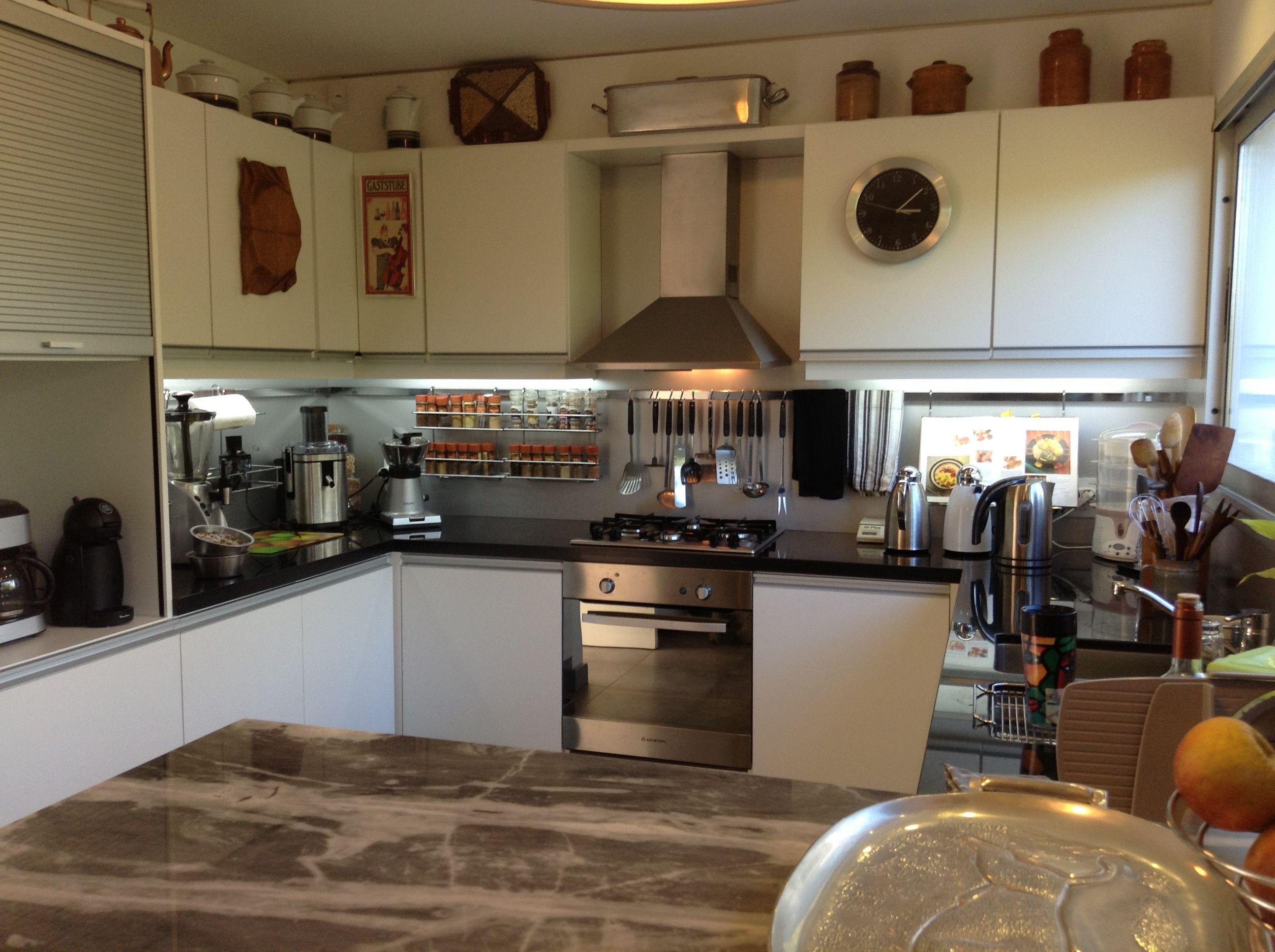grupo3. cocina blanca con tirador de aluminio incorporado. El horno ...