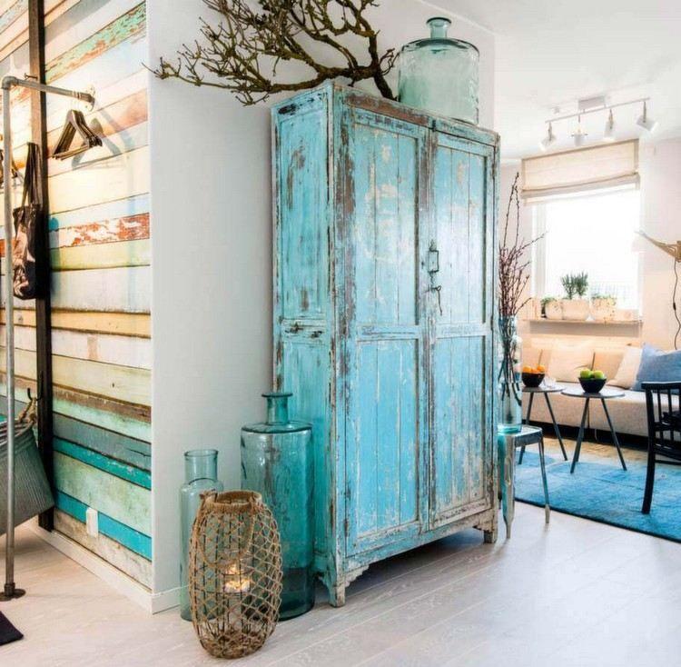 blau gestrichener schrank mit abgebl tterter farbe im flur. Black Bedroom Furniture Sets. Home Design Ideas