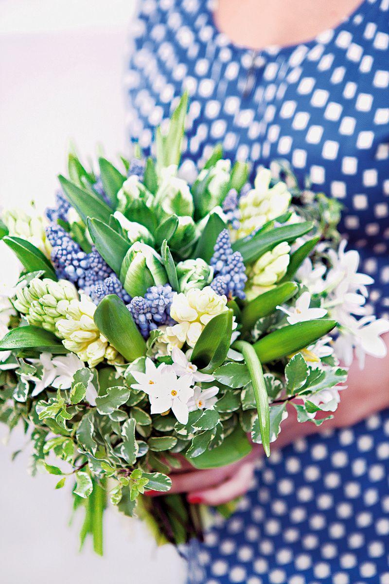 Bouquet composé de muscaris, de tulipes, jacinthes et