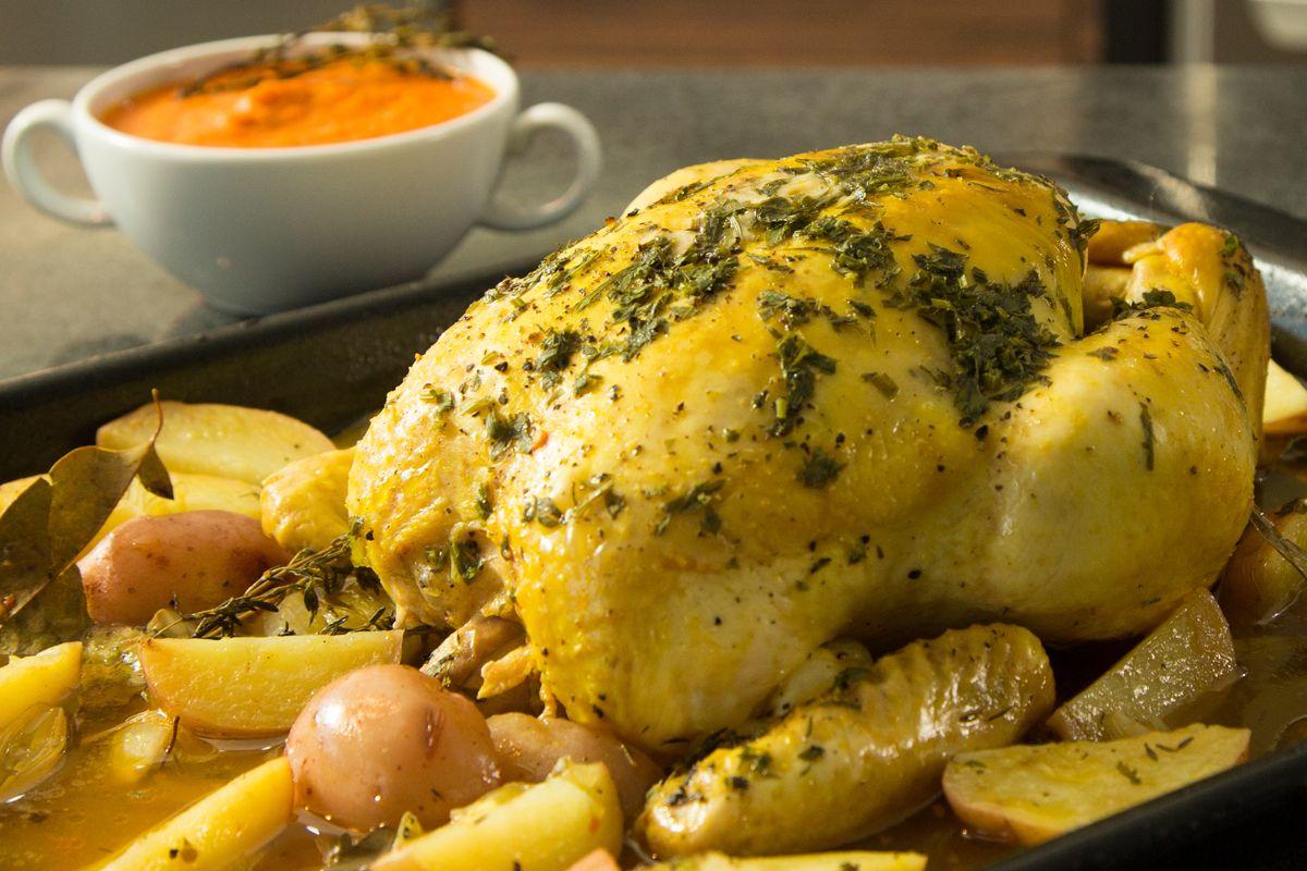 Pollo al horno con papas y salsa de jitomate en un tiempo - Salsas para el pollo al horno ...