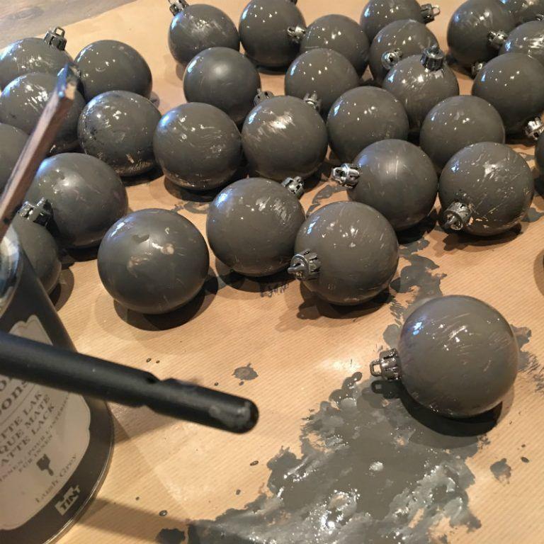DIY, kerstballen oud, sober en roestig - Cozystuff.nl #kerstboomversieringen2019