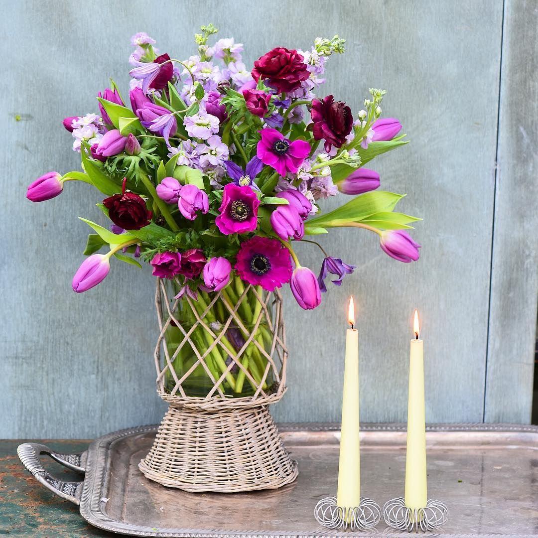 A very casual bouquet! I have bought six flower bundles at the supermarket and put them together. Kurvevasen og lysestagerne er en del af 'Claus Dalby Home Collection', der fås i Inspiration. @inspiration.dk_online #clausdalby #spring #bouquet #garden #blomster #inspiration
