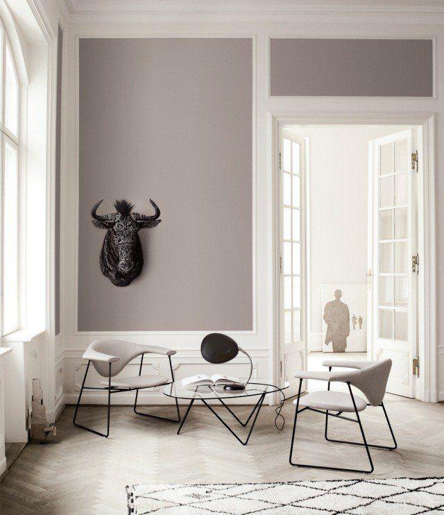 peinture salon murs gris clair chaises tapis blanc