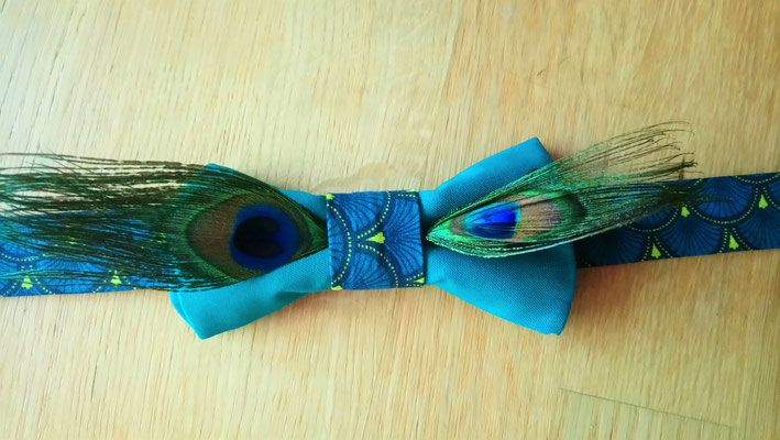 Collection Sabine. Nœud papillon marié en fleurs bleu canard avec des plumes de paon