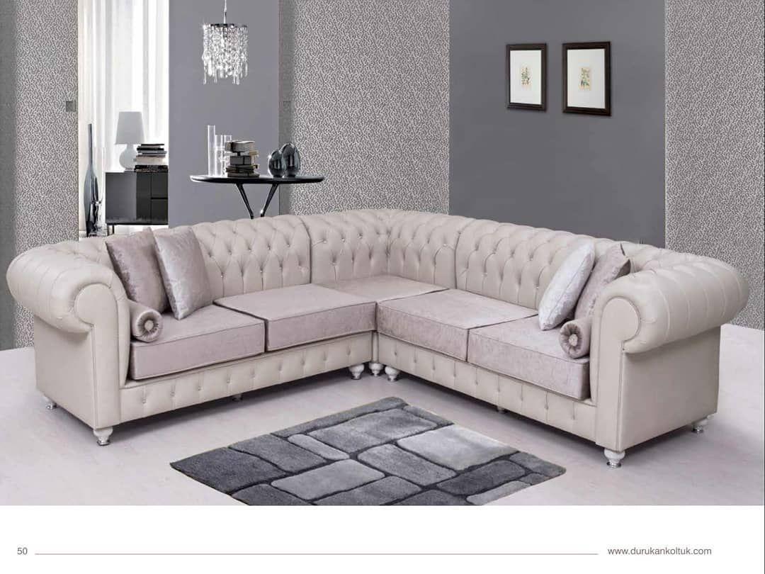 Die Chester Couchgarnitur Uberzeugt Durch Sein Klassisches Design Und Ist Naturlich Auch In Ihrer Wunschfarbe Bestellbar Au Sectional Couch Couch Furniture