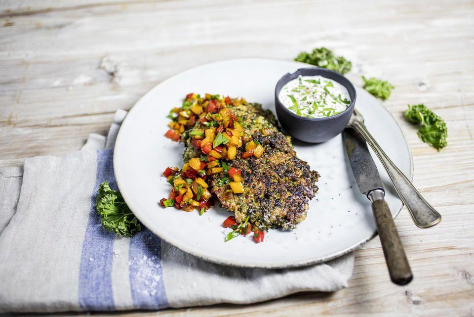 Grønne quinoapletter med grønnkål, paprikasalsa og hvitløksyoghurt er en annerledes og spennende lunsjrett.