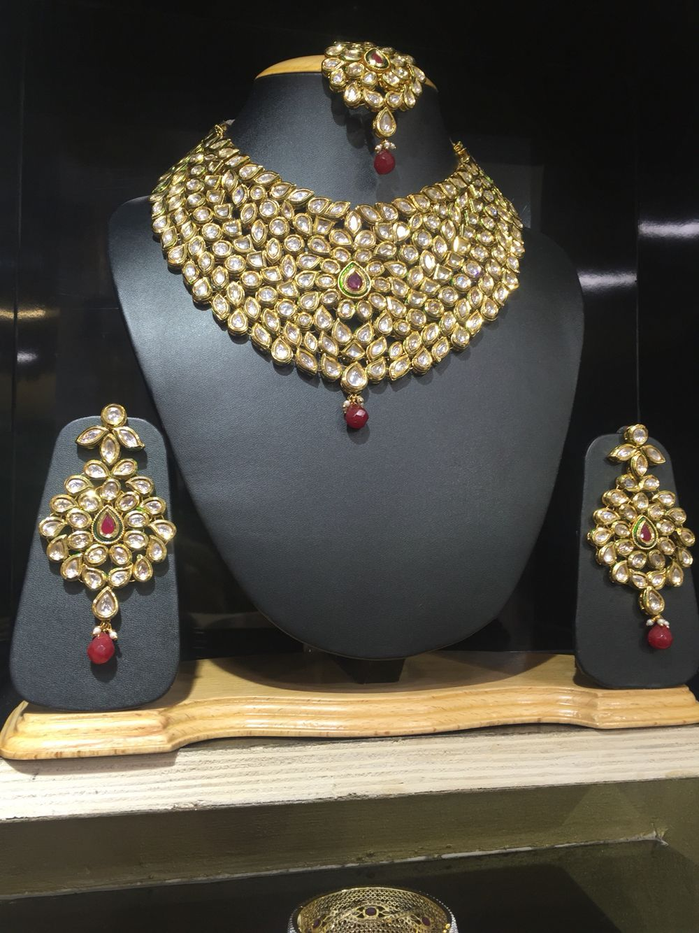 Wedding Ornaments For Rent In Kochi Yellow Meena Kundan Jewellery On Rent Kundan Brida Kundan Jewellery Bridal Indian Wedding Jewelry Sets Kundan Jewellery
