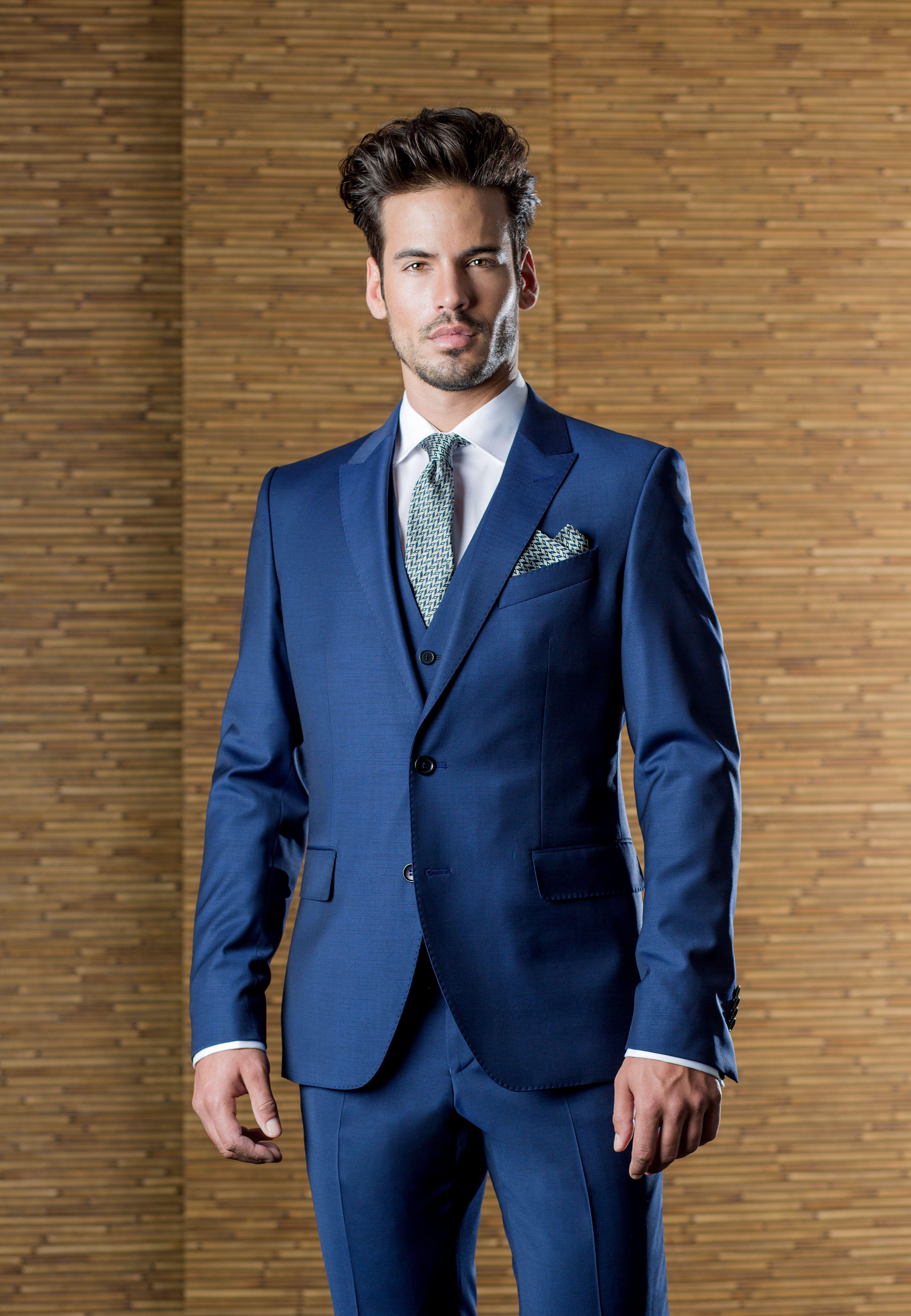 0639b8aebcab3 Traje de boda con chaleco de la firma ETIEM en azul Klein ...