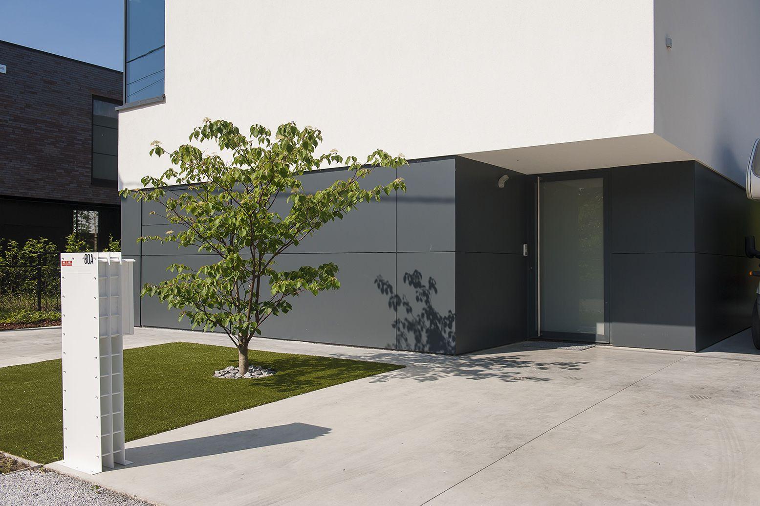 Moderne villa met een minimalistische voortuin combinatie van
