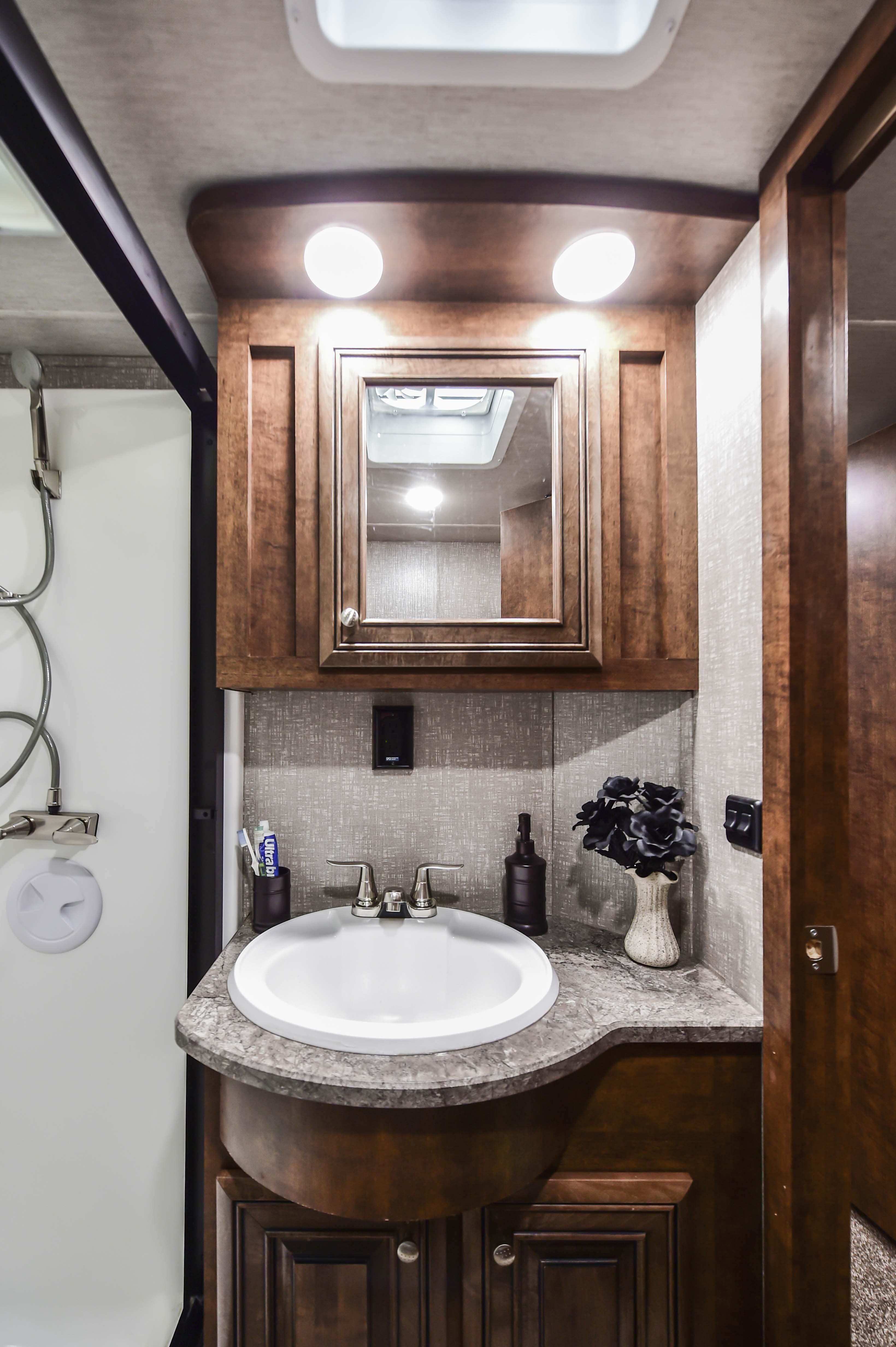 2018 Bighorn Traveler 39mb 5th Wheel Rv Bathroom Vanity Heartlandrvs Bighorn Fifthwheel Rv Bathro Bathroom Vanity Bathroom Vanity Lighting Bathroom Design [ 4928 x 3280 Pixel ]