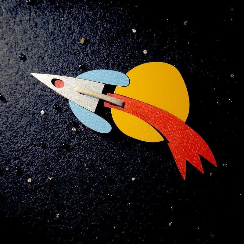 Летящий сквозь междзвездную пустоту космический корабль ...