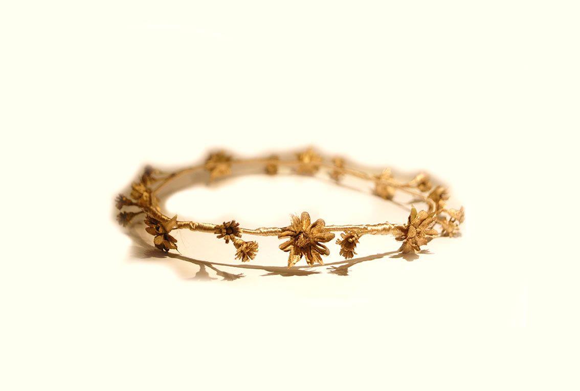 Te chiflará esta corona doradaperfecta para cualquier gran celebración. Elaborado de manera artesanal.Es el complemento perfecto para darle un doque sencillo pero con caracter para tu conjunto pe…