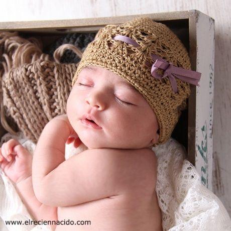 Gorrito recién nacido crochet para niño o niña Gorrito de ganchillo en  color beige tostado con cinta en color malva o beige. Este gorrito es para  sacar ... 505c102bcf7