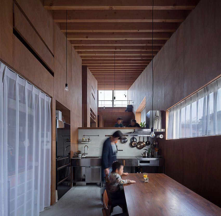 Maison minimaliste construite sur 5 demi-niveaux avec un style