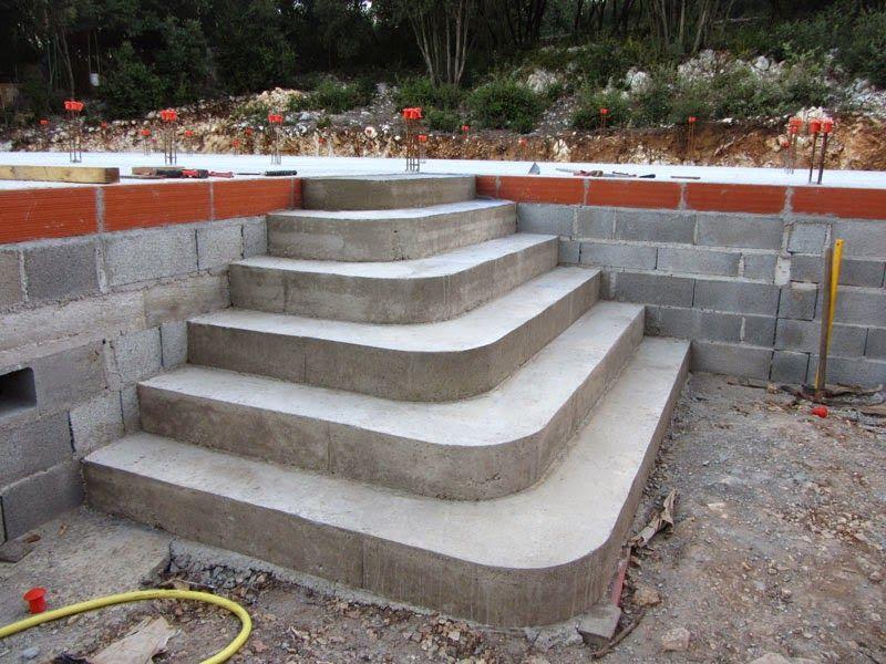 Notre mission, construire un escalier dans un angle fermé, agréable - couler une terrasse en beton