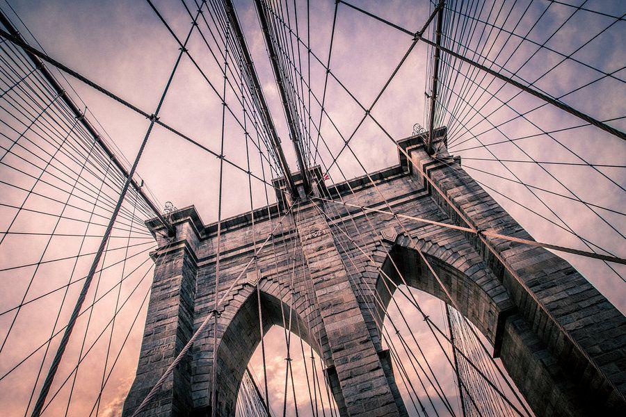 Kunstwerk: 'Brooklyn Bridge in zachte tinten' van van Bert Nijholt brooklynbridge #travel #products #voyage #trips #viajes #traveling #tourism