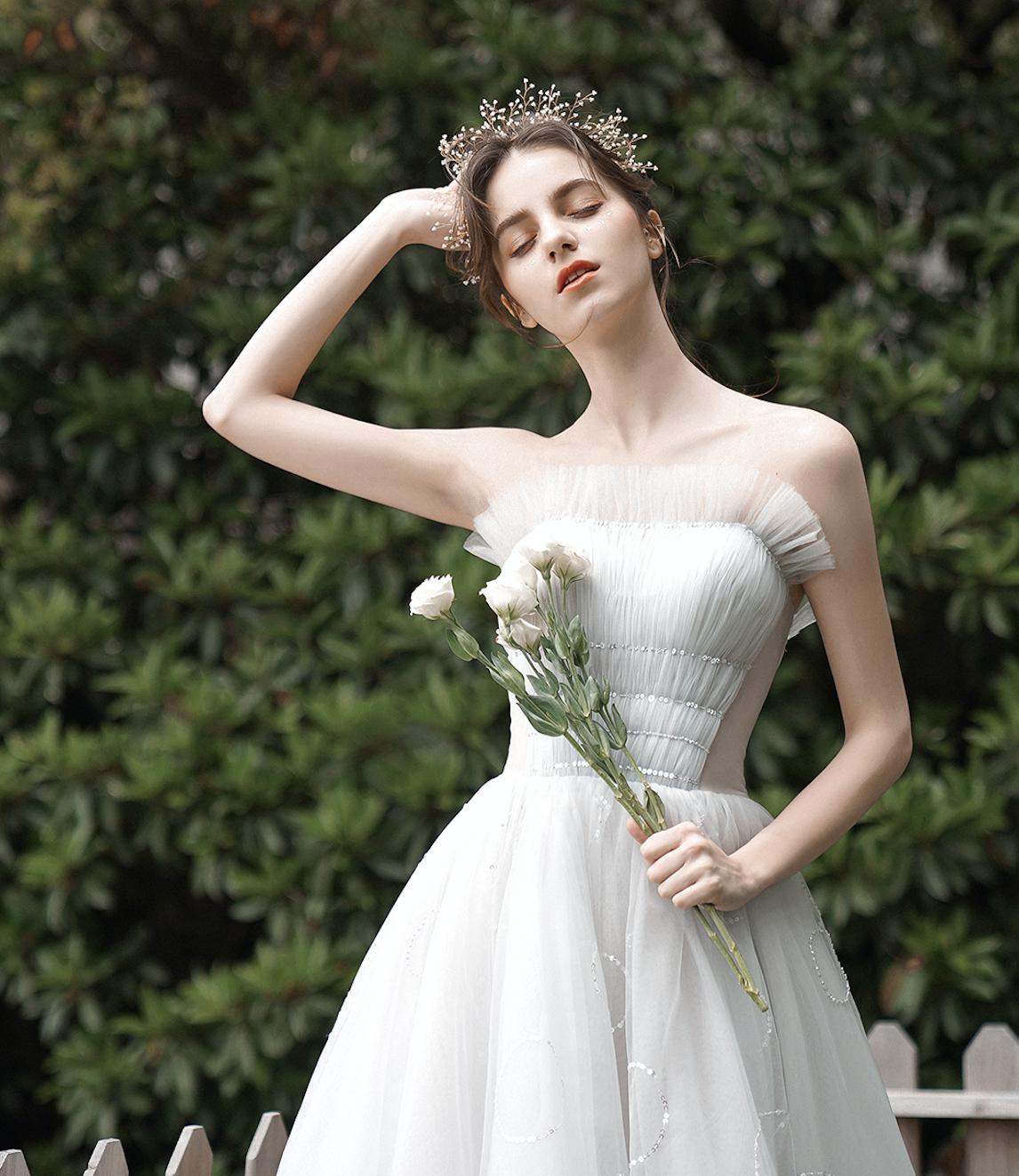 Trägerloses Brautkleid mit Raffungen und Glitzer in 18