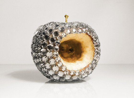 閃亮水鑽底下露出黑爛果肉?腐壞水果鑲滿珠寶的背後原因是......   微文青   妞新聞 niusnews