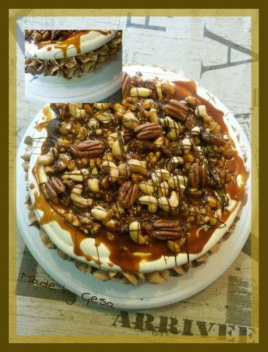 Meringetaart met noten en gezouten caramel. Gevuld met meringe en caramelbc en chocolade bc.