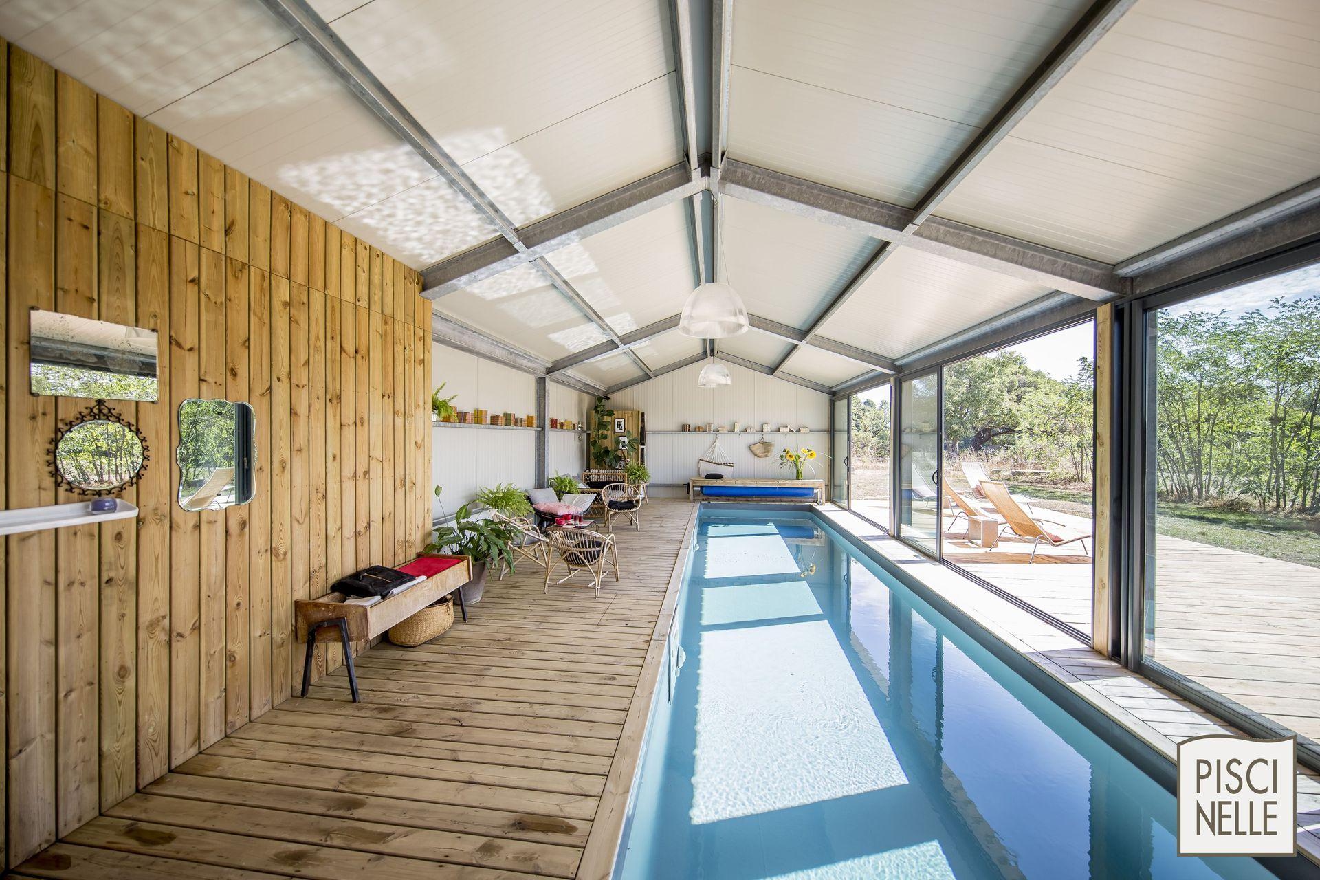 particuli rement lumineux ce couloir de nage d 39 int rieur est bord de larges baies vitr es. Black Bedroom Furniture Sets. Home Design Ideas