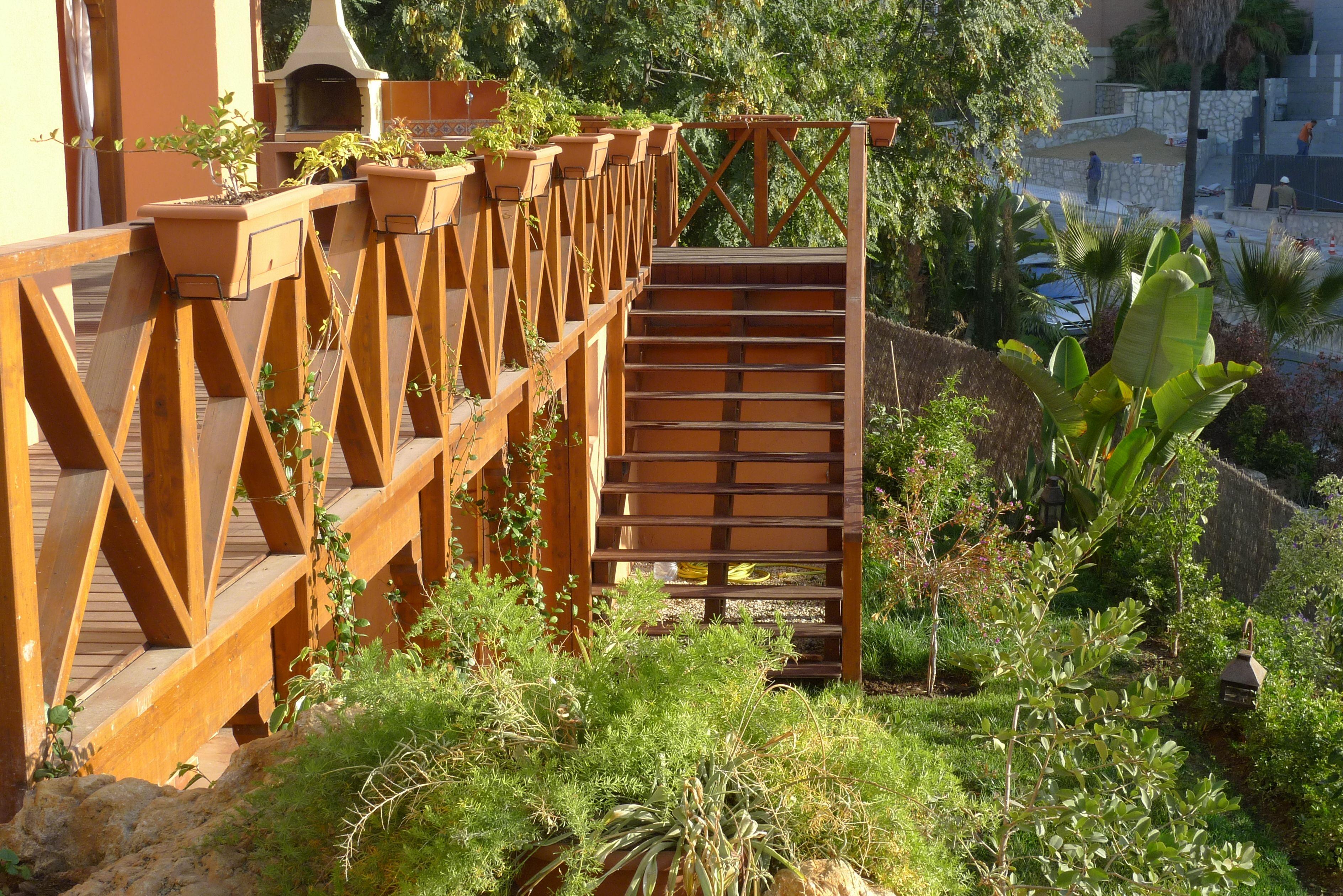 Reforma en jard n detalle escalera acceso a vivienda y - Barandilla madera exterior ...