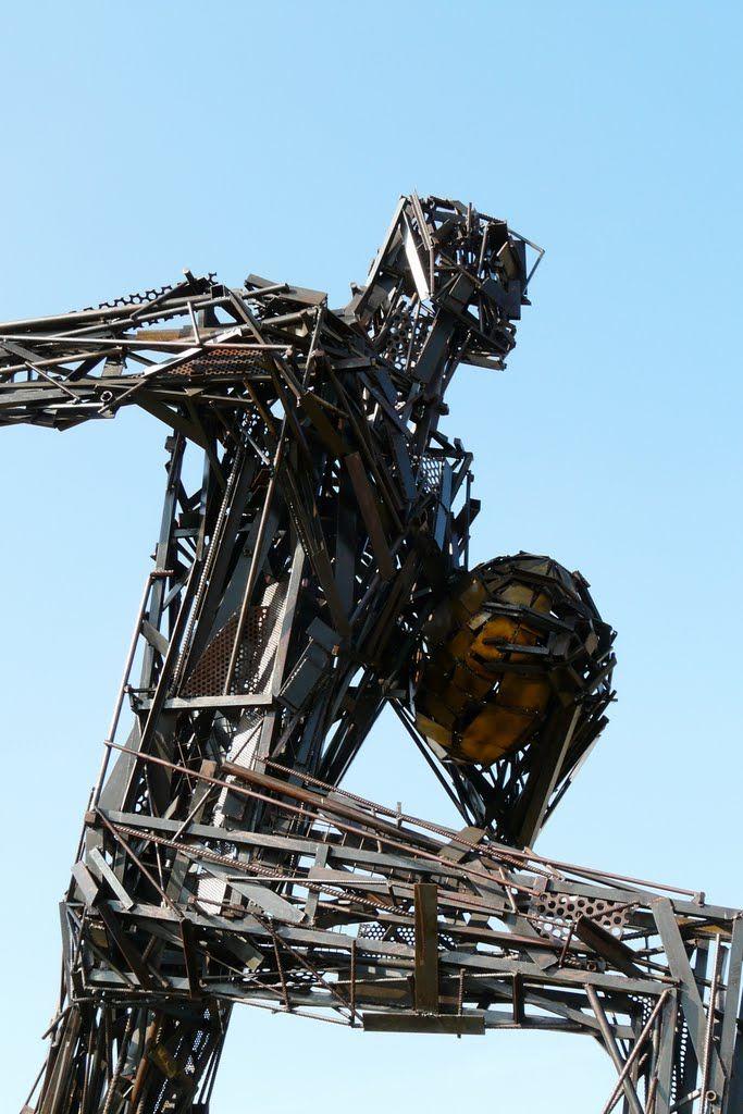 """Marcoussis: rond-point du stade, """"jeu d'acier"""" du sculpteur Toto, 2007. Ile-de-France"""