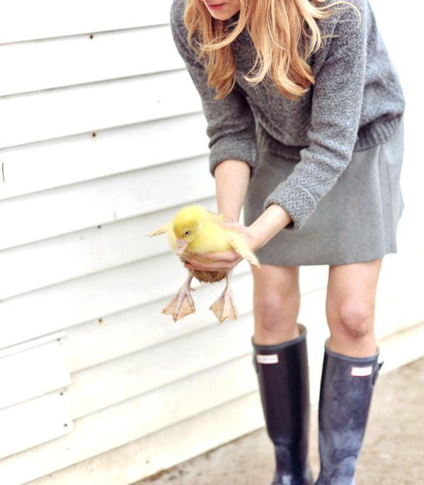sweater /sweter - Mango skirt / spódnica - Zara wellies / kalosze - Hunter Musicie mi uwierzyć na słowo, że kilka godzin temu wyglądałam całkiem elegancko, gdyzamiast kaloszy miałam na nogach czarne szpilki, ale ponieważ po świątecznym śniadaniu tradycyjnie wybrałam się z najbliższymi na polską wieś, mój strój musiał ulec metamorfozie.  Nie ma Wielkanocy bez zająca, ale królik (a zwłaszcza świeżo upieczona królicza mama) z powodzeniem może zagrać tę rolę.Wizyta w zagrodziebyłaatrakcją…