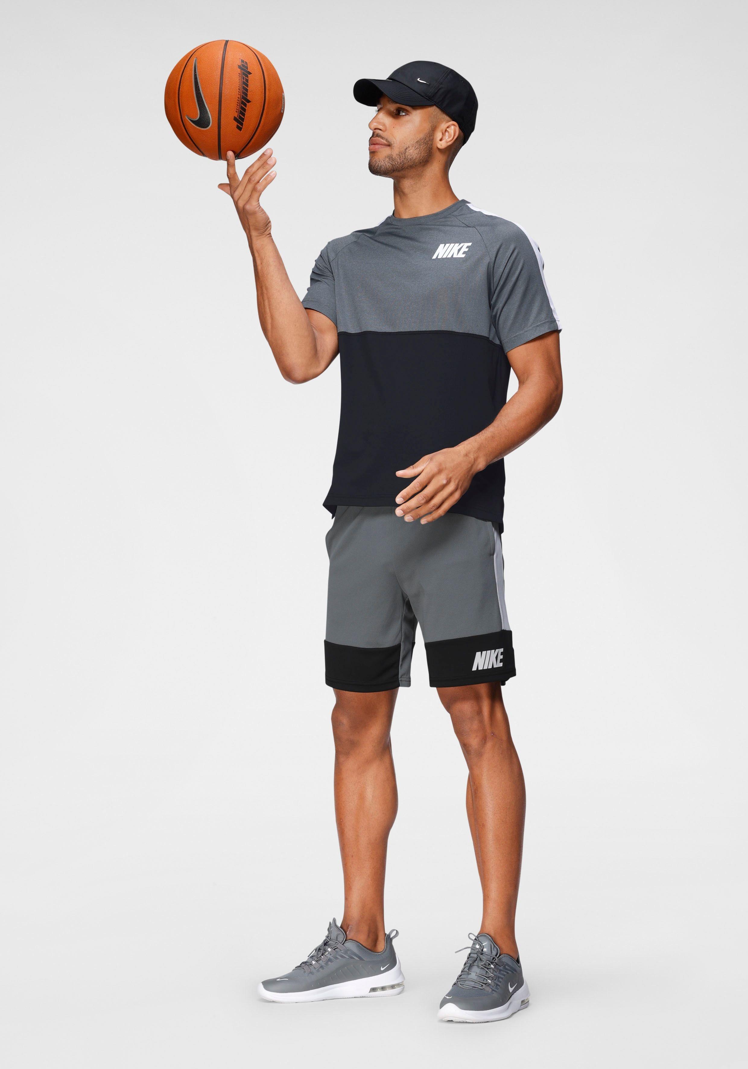 Sportliches Basecap von Nike Sportswear. Gewölbter Schirm mit zierenden Ton-in-Ton-Nähten. Geformte und strukturierte Krone mit Belüftungsösen. Logo in Metalloptik vorn. Größenverstellbar durch Verschluss auf der Rückseite. Pflegeleichte Qualität.