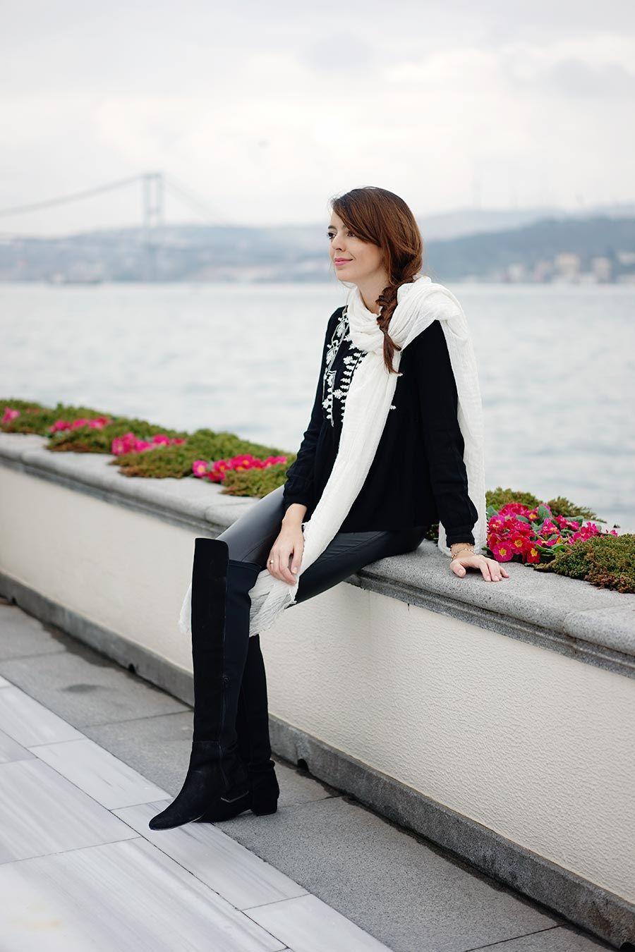 Fotografei um dos looks que usei lá em Istambul pra postar aqui no blog. A gente pegou um clima bem frio e cinzento pela cidade então por baixo dessa roupa tinha outras peças tipo meia-calça de lã e blusa térmica. A echarpe no pescoço já serviria pra colocar na cabeça caso a gente fosse visitar mais alguma mesquita. O cenário lindo é oHotel Four Seasons emBosphorus, que foi onde ficamos hospedados. Istambul é a única cidade que está parte na Europa e parte na Ásia e é justamente o canal…